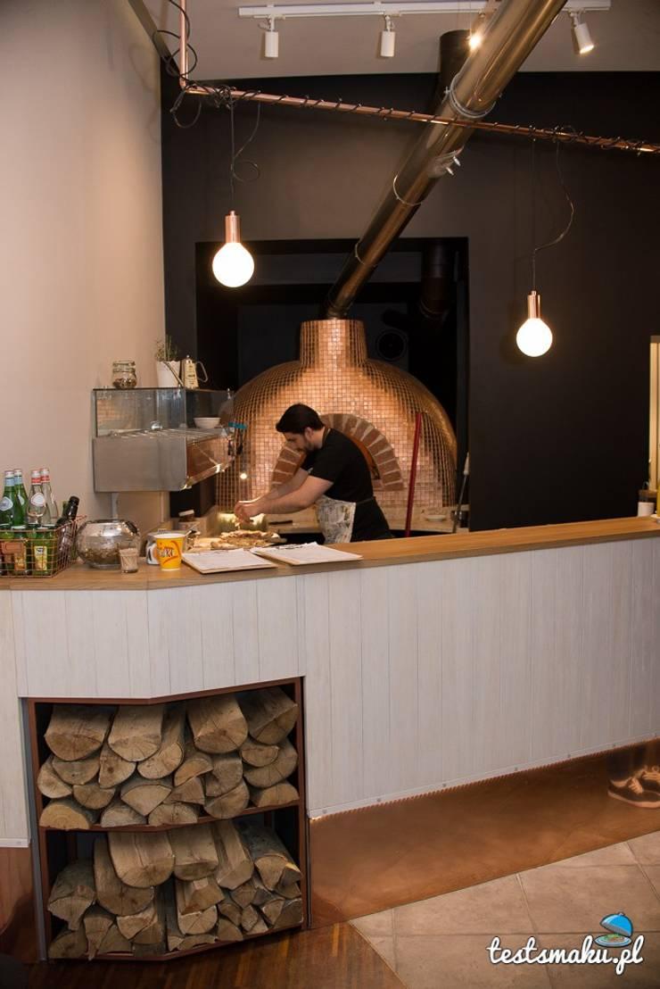 Bar - miedź i drewno: styl , w kategorii Gastronomia zaprojektowany przez Zig Zag