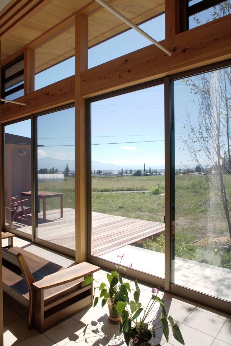 安曇野の平屋の家: 尾日向辰文建築設計事務所が手掛けたテラス・ベランダです。