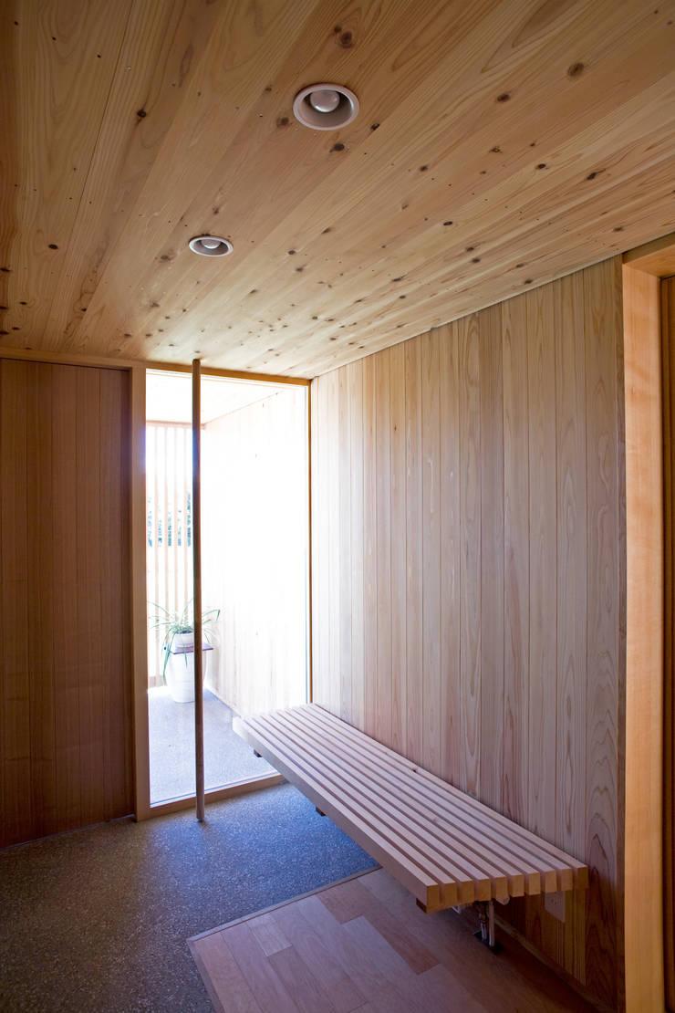 安曇野の平屋の家: 尾日向辰文建築設計事務所が手掛けた廊下 & 玄関です。