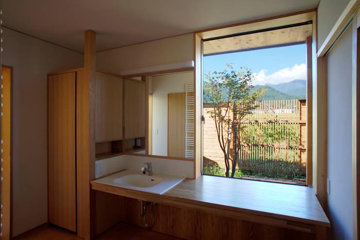 安曇野の平屋の家: 尾日向辰文建築設計事務所が手掛けた浴室です。