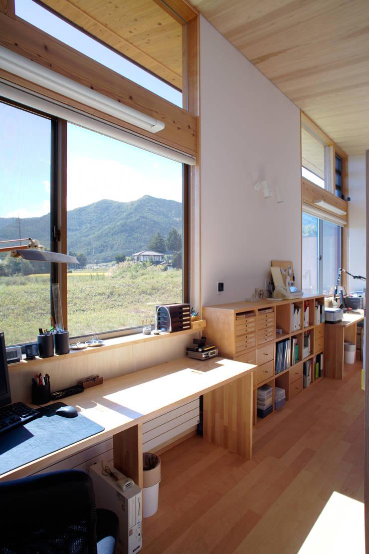 安曇野の平屋の家: 尾日向辰文建築設計事務所が手掛けた書斎です。