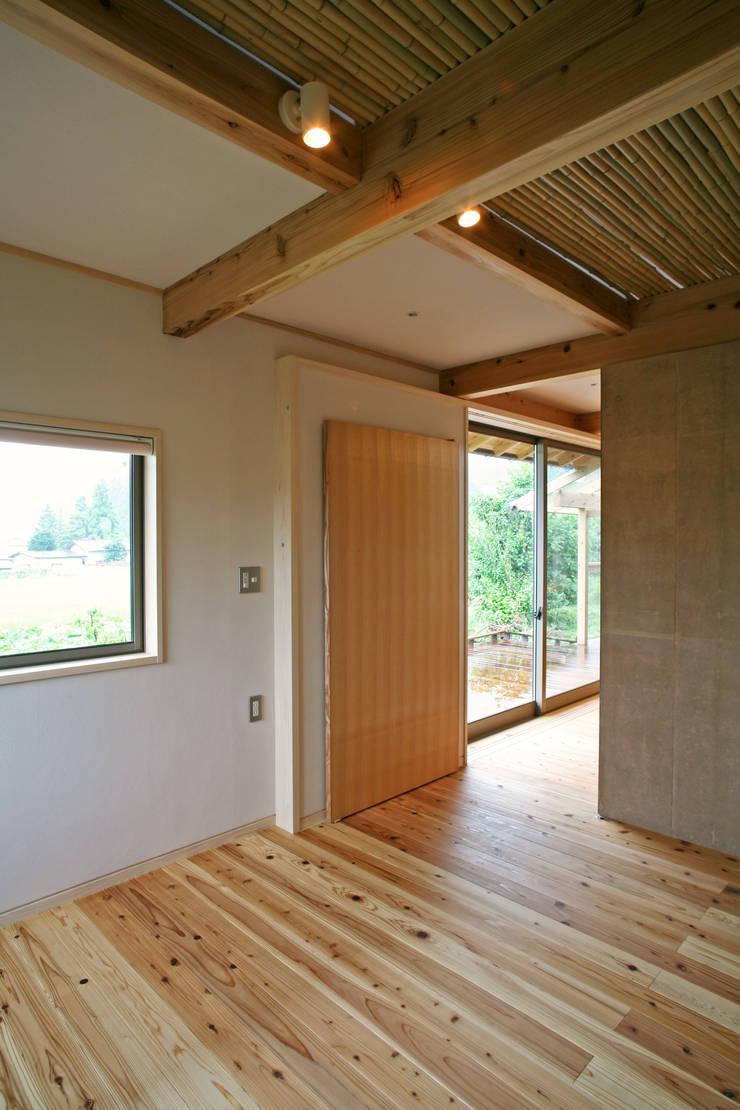 ひなたぼっこ: 尾日向辰文建築設計事務所が手掛けた寝室です。