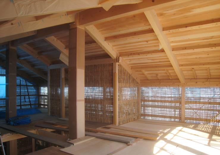 伝統構法で造る土壁の家: 尾日向辰文建築設計事務所が手掛けた壁です。