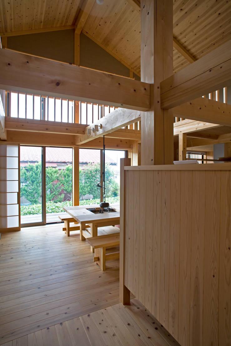 伝統構法で造る土壁の家: 尾日向辰文建築設計事務所が手掛けた廊下 & 玄関です。,オリジナル