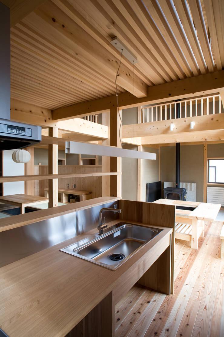 伝統構法で造る土壁の家: 尾日向辰文建築設計事務所が手掛けたキッチンです。,オリジナル