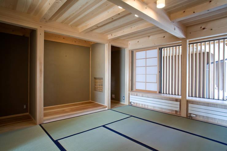 伝統構法で造る土壁の家: 尾日向辰文建築設計事務所が手掛けた和室です。