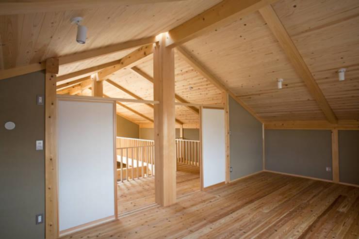 伝統構法で造る土壁の家: 尾日向辰文建築設計事務所が手掛けた子供部屋です。