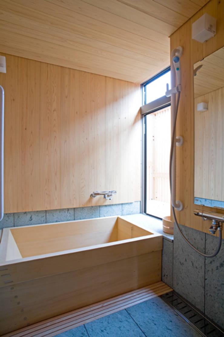 伝統構法で造る土壁の家: 尾日向辰文建築設計事務所が手掛けた浴室です。,オリジナル