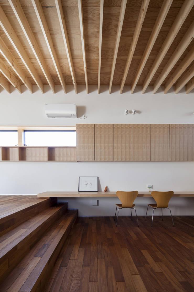 高低差のあるリビングとダイニング 深沢の家: U建築設計室が手掛けたリビングです。,