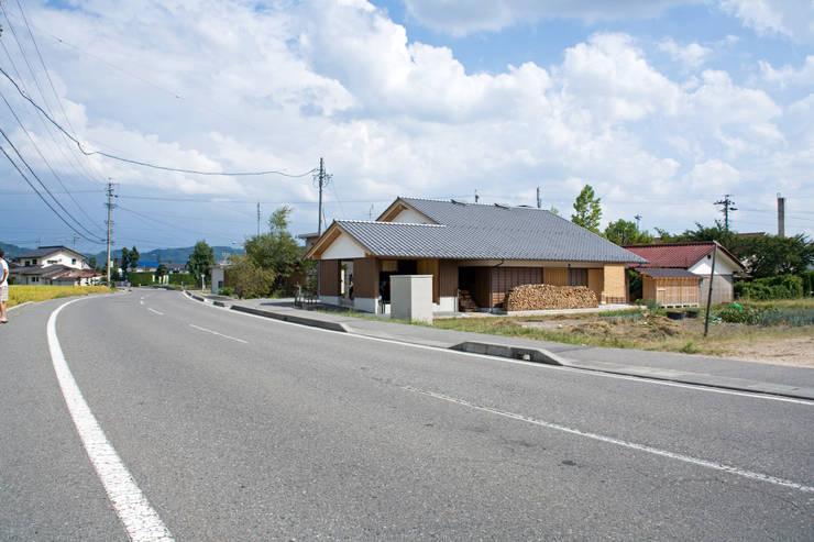 伝統構法で造る土壁の家: 尾日向辰文建築設計事務所が手掛けた家です。