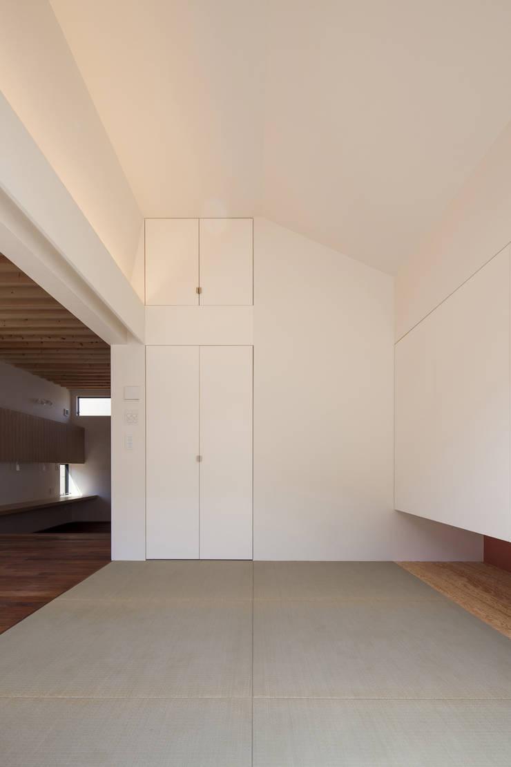 和室の収納 深沢の家: U建築設計室が手掛けた和室です。,