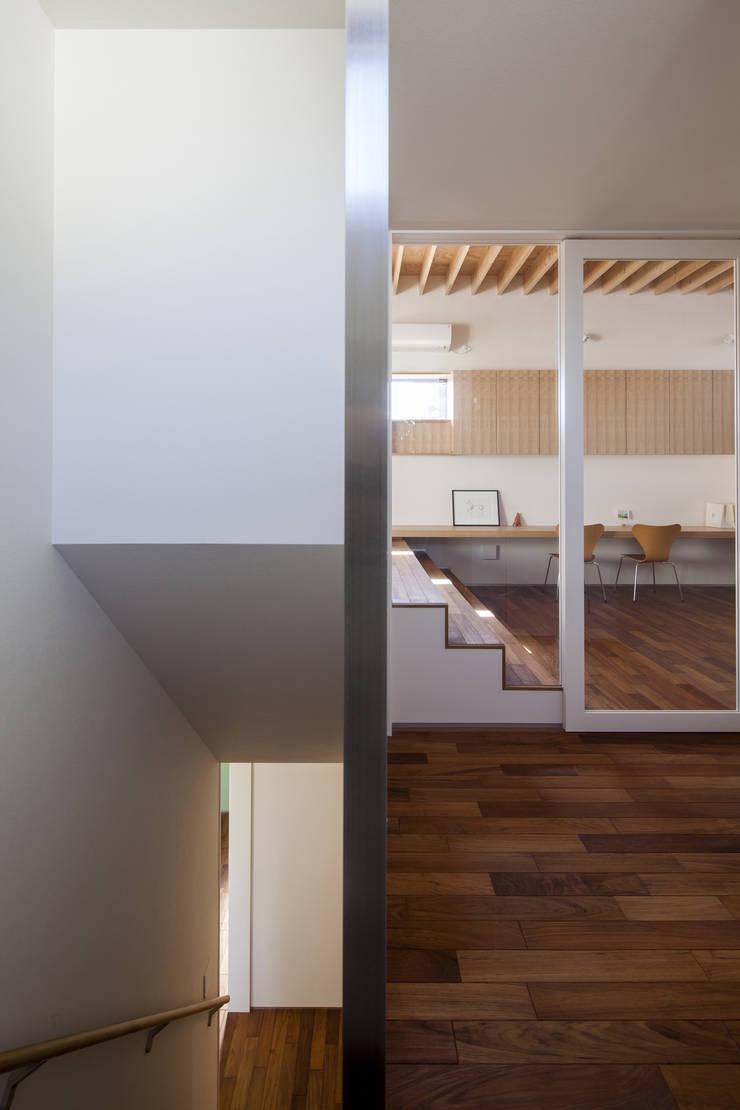 深沢の家: U建築設計室が手掛けた廊下 & 玄関です。,