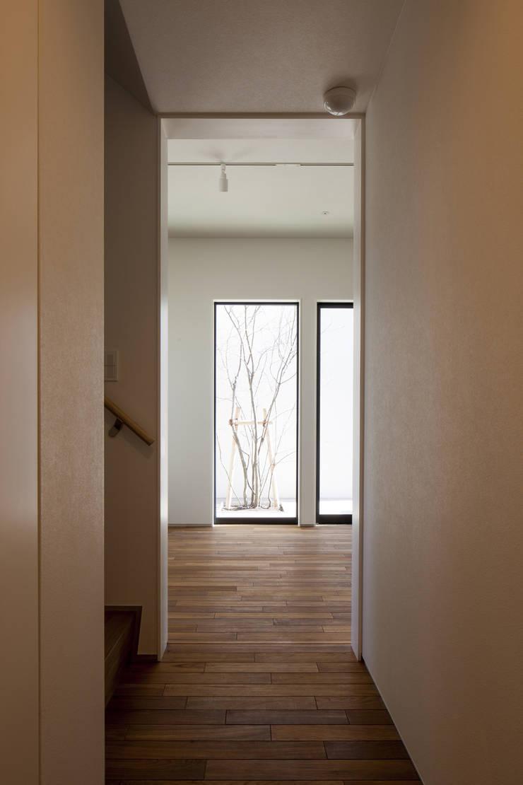 廊下よりテラスの植込みを望む 深沢の家: U建築設計室が手掛けた廊下 & 玄関です。,