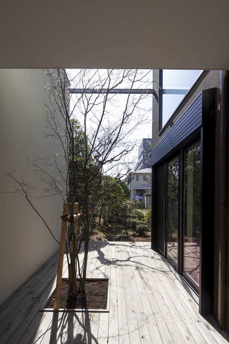 デッキテラス 深沢の家: U建築設計室が手掛けたテラス・ベランダです。,