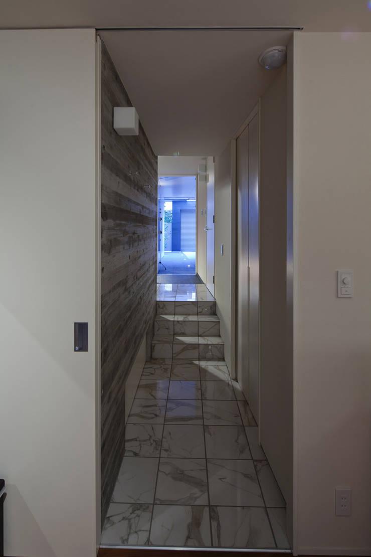 Corridor & hallway by U建築設計室, Modern Reinforced concrete