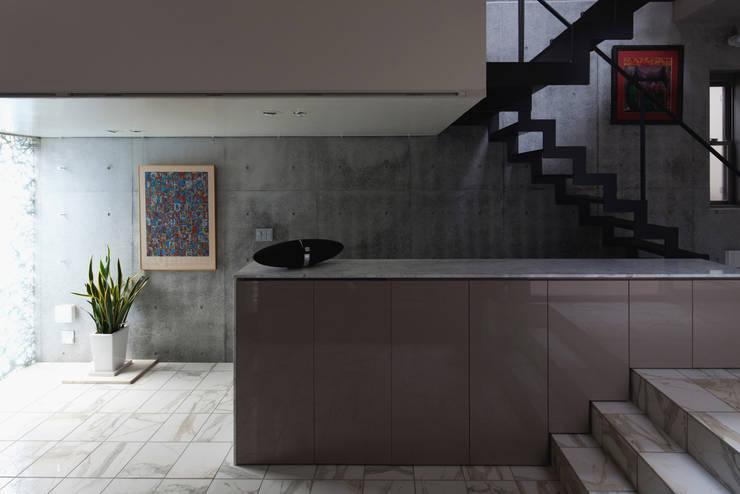 Living room by U建築設計室, Modern Tiles