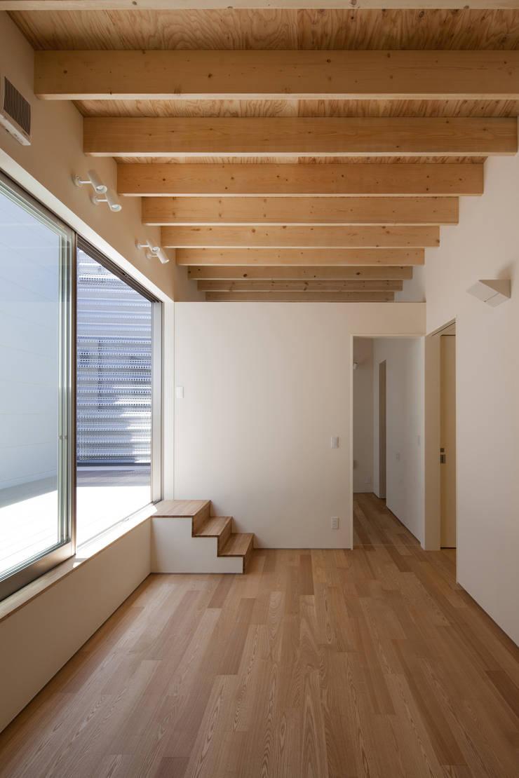 鶴見の家: U建築設計室が手掛けたリビングです。