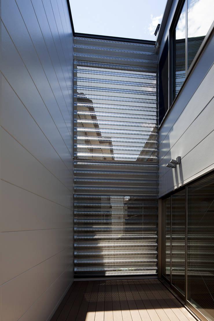 鶴見の家: U建築設計室が手掛けたテラス・ベランダです。