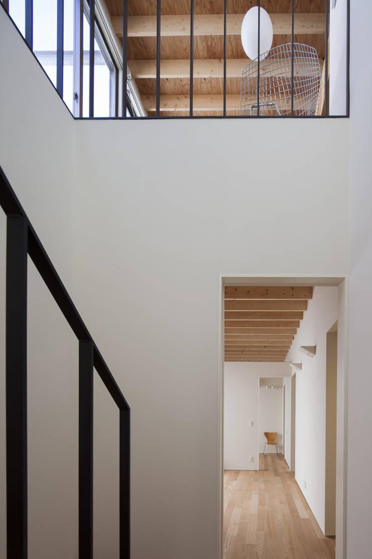 鶴見の家: U建築設計室が手掛けた廊下 & 玄関です。