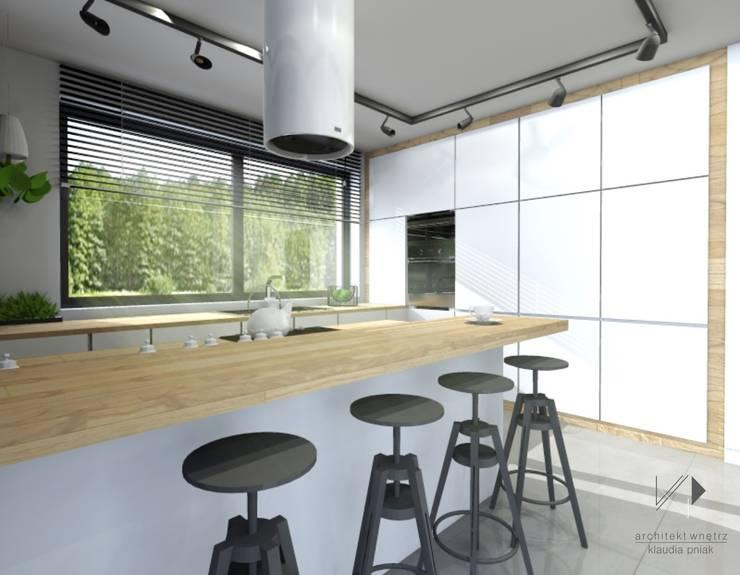 Biel i drewno w kuchni : styl , w kategorii Kuchnia zaprojektowany przez Architekt wnętrz Klaudia Pniak,