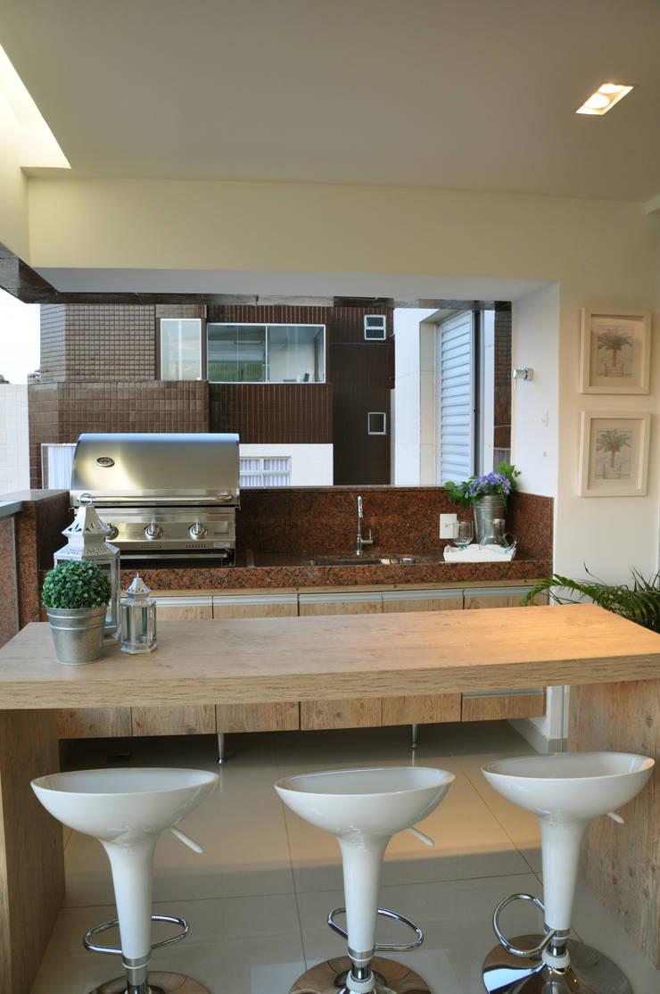 Varanda gourmet: Terraços  por Novità - Reformas e Soluções em Ambientes