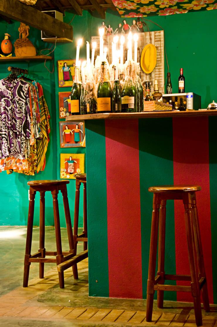 Beach bar: Parede e pavimento  por Renato Teles Arquitetura