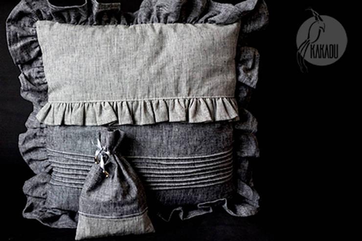Szara poduszka dekoracyjna: styl , w kategorii  zaprojektowany przez Styl i Wnętrze,Rustykalny