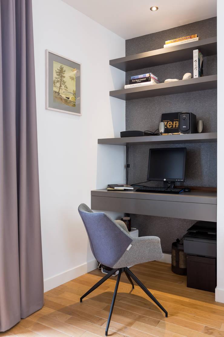Bureau dans salon: Bureau de style  par EXPRESSION ARCHITECTURE INTERIEUR