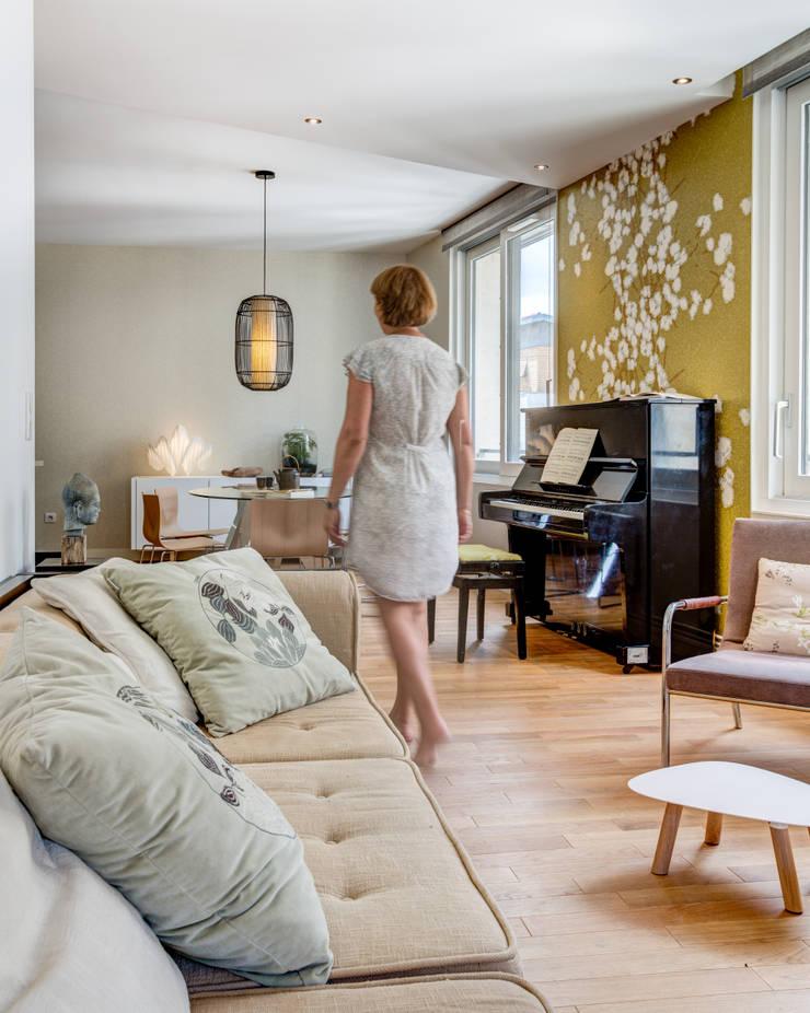 Piano au milieu du séjour: Salle à manger de style  par EXPRESSION ARCHITECTURE INTERIEUR