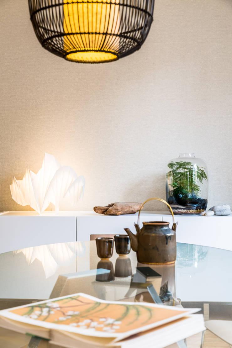 Lampe Issey Miyake ARTEMIDE et Bulle de Vert JADE DESIGN: Salle à manger de style de style Asiatique par EXPRESSION ARCHITECTURE INTERIEUR