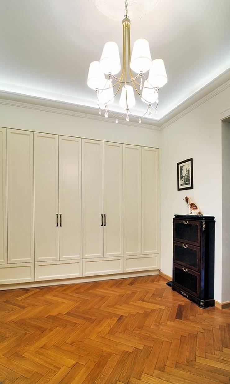 W krakowskiej kamienicy - mieszkanie w klasycznym stylu : styl , w kategorii Korytarz, przedpokój zaprojektowany przez ARTEMA  PRACOWANIA ARCHITEKTURY  WNĘTRZ ,Klasyczny