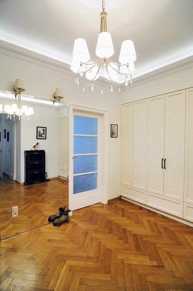 W krakowskiej kamienicy – mieszkanie w klasycznym stylu : styl , w kategorii Korytarz, przedpokój zaprojektowany przez ARTEMA  PRACOWANIA ARCHITEKTURY  WNĘTRZ ,Klasyczny