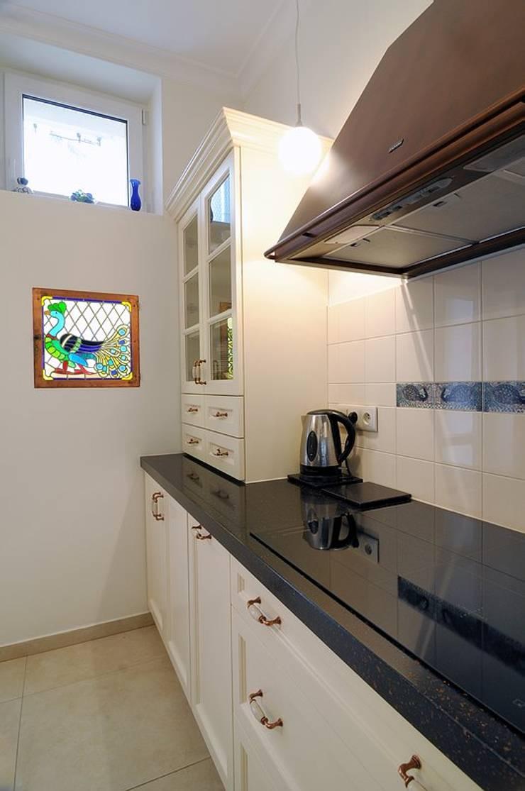 W krakowskiej kamienicy – mieszkanie w klasycznym stylu : styl , w kategorii Kuchnia zaprojektowany przez ARTEMA  PRACOWANIA ARCHITEKTURY  WNĘTRZ ,Klasyczny