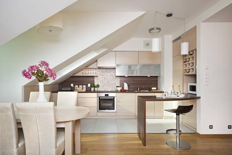 Nowoczesne mieszkanie na poddaszu : styl , w kategorii Kuchnia zaprojektowany przez ARTEMA  PRACOWANIA ARCHITEKTURY  WNĘTRZ ,Nowoczesny