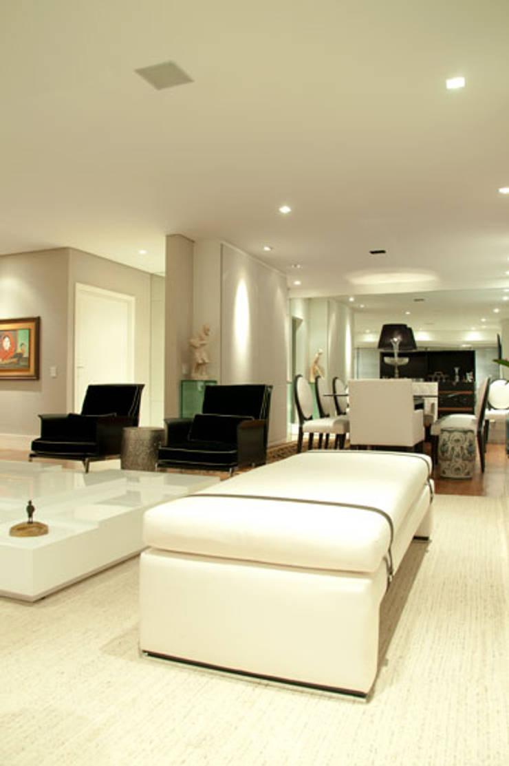 APARTAMENTO: Salas de estar  por Renato Teles Arquitetura