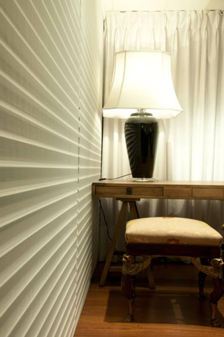 APARTAMENTO: Sala de estar  por Renato Teles Arquitetura
