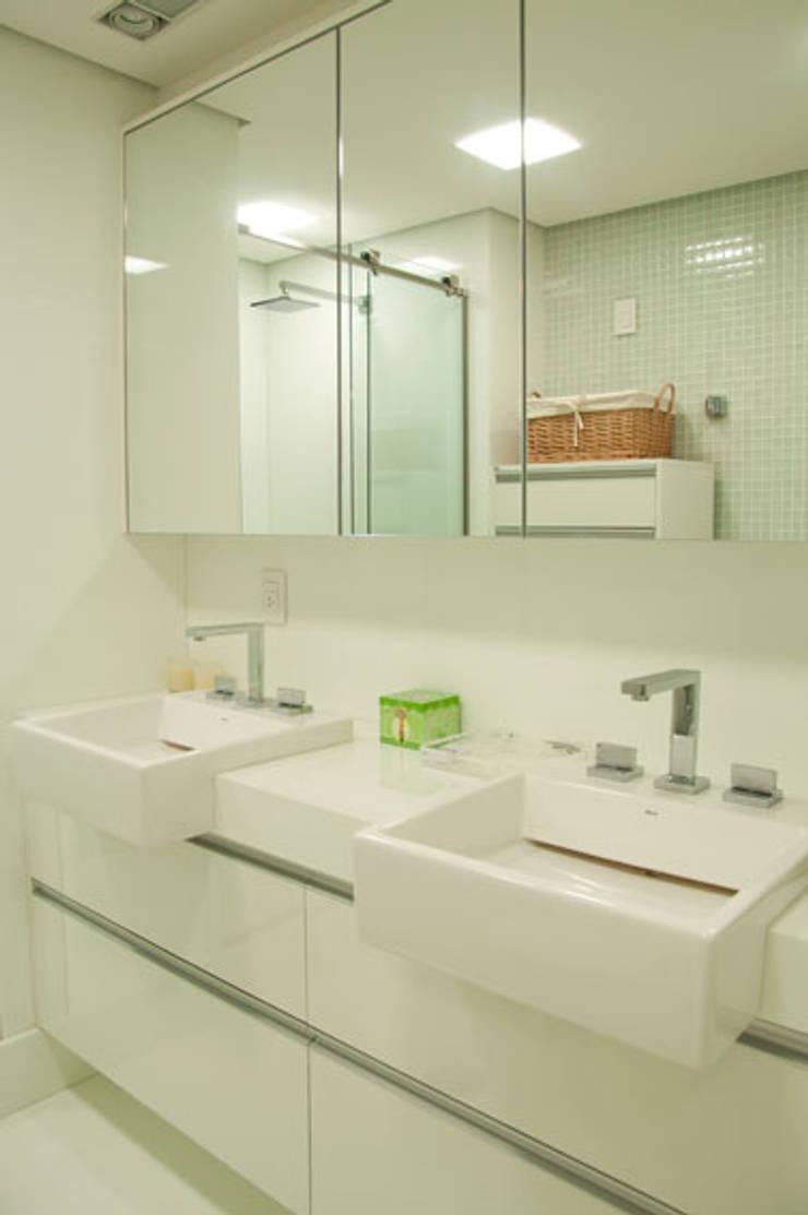 APARTAMENTO: Banheiros  por Renato Teles Arquitetura