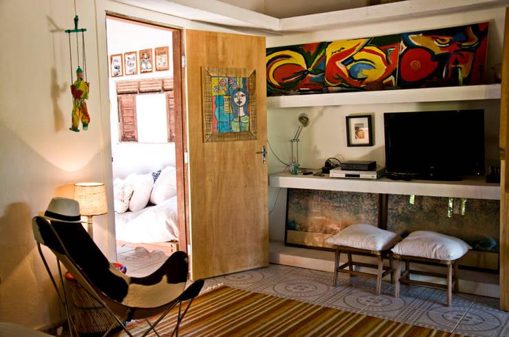 Sala multimedia de estilo  por Renato Teles Arquitetura