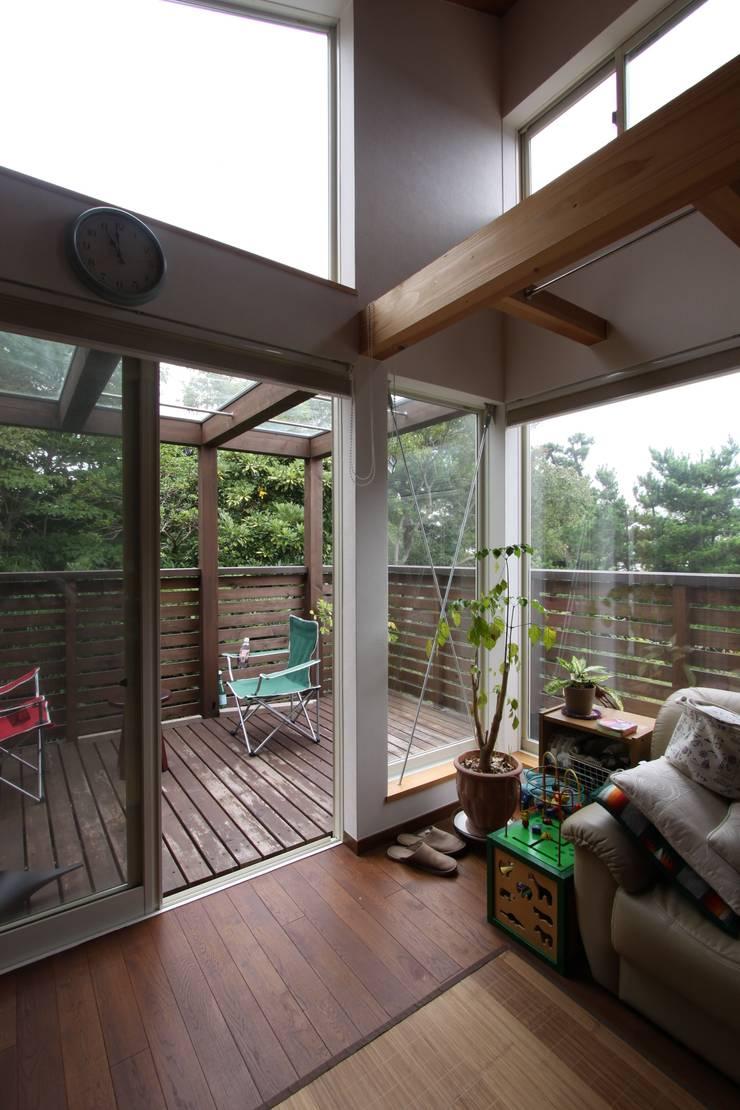 回廊テラスで緑と接する2世帯住宅: アトリエグローカル一級建築士事務所が手掛けたテラス・ベランダです。,