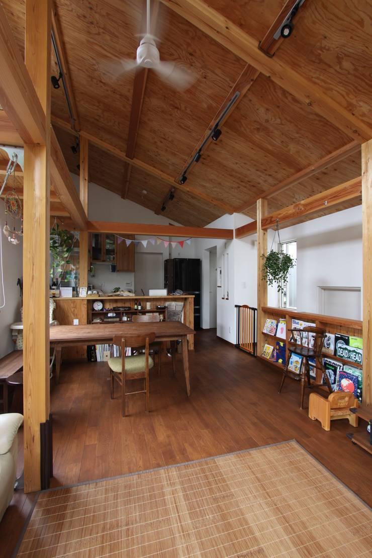 回廊テラスで緑と接する2世帯住宅: アトリエグローカル一級建築士事務所が手掛けたダイニングです。,