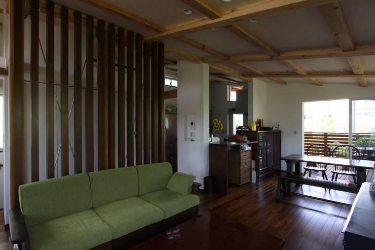 回廊テラスで緑と接する2世帯住宅: アトリエグローカル一級建築士事務所が手掛けたリビングです。,