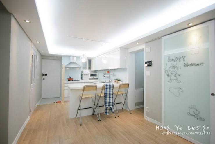 편안하고 넓은 주방과 핑크빛 아이방 27py: 홍예디자인의  주방,모던