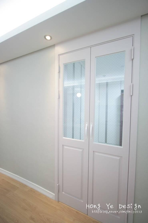편안하고 넓은 주방과 핑크빛 아이방 27py: 홍예디자인의  복도 & 현관,모던