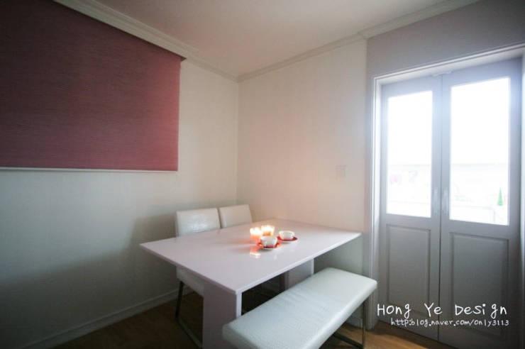 편안하고 넓은 주방과 핑크빛 아이방 27py: 홍예디자인의  다이닝 룸,모던
