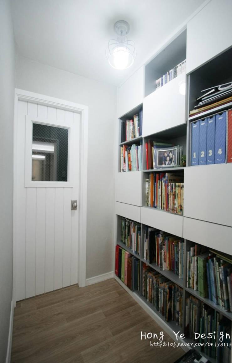 편안하고 넓은 주방과 핑크빛 아이방 27py: 홍예디자인의  서재 & 사무실,모던