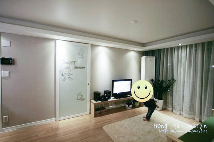 편안하고 넓은 주방과 핑크빛 아이방 27py: 홍예디자인의  거실,모던