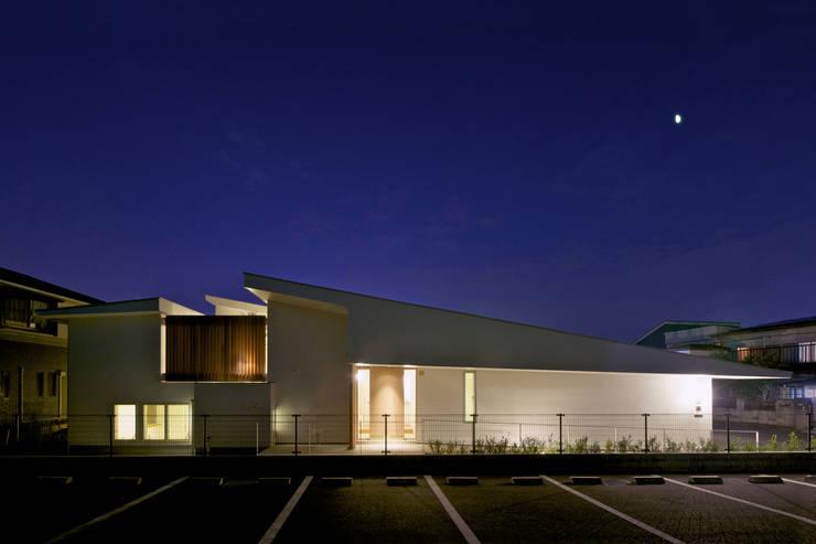 Balcones y terrazas de estilo  por Mimasis Design/ミメイシス デザイン