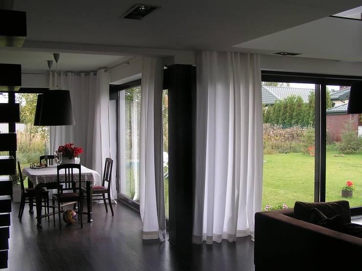 Cyryl House 360: styl , w kategorii Salon zaprojektowany przez ŁUKASZ ŁADZIŃSKI ARCHITEKT