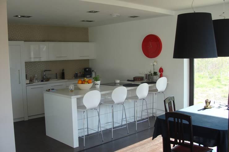 Cyryl House 360: styl , w kategorii Jadalnia zaprojektowany przez ŁUKASZ ŁADZIŃSKI ARCHITEKT