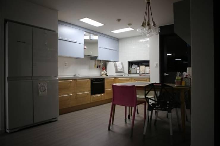주방 : 시선을 확장시키는 주방인테리어 모던스타일 다이닝 룸 by The livingfactory 모던